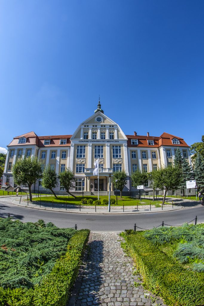 Budynek nr 1 Gdańskiego Uniwersytetu Medycznego wraz z przylegającym skwerem